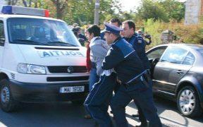 Minor reținut de Poliție pentru că ar fi furat bunuri și bani dintr-o mașină