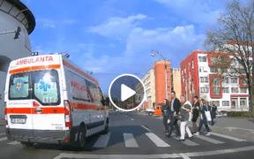VIDEO: Pietoni aproape spulberaţi de ambulanţă