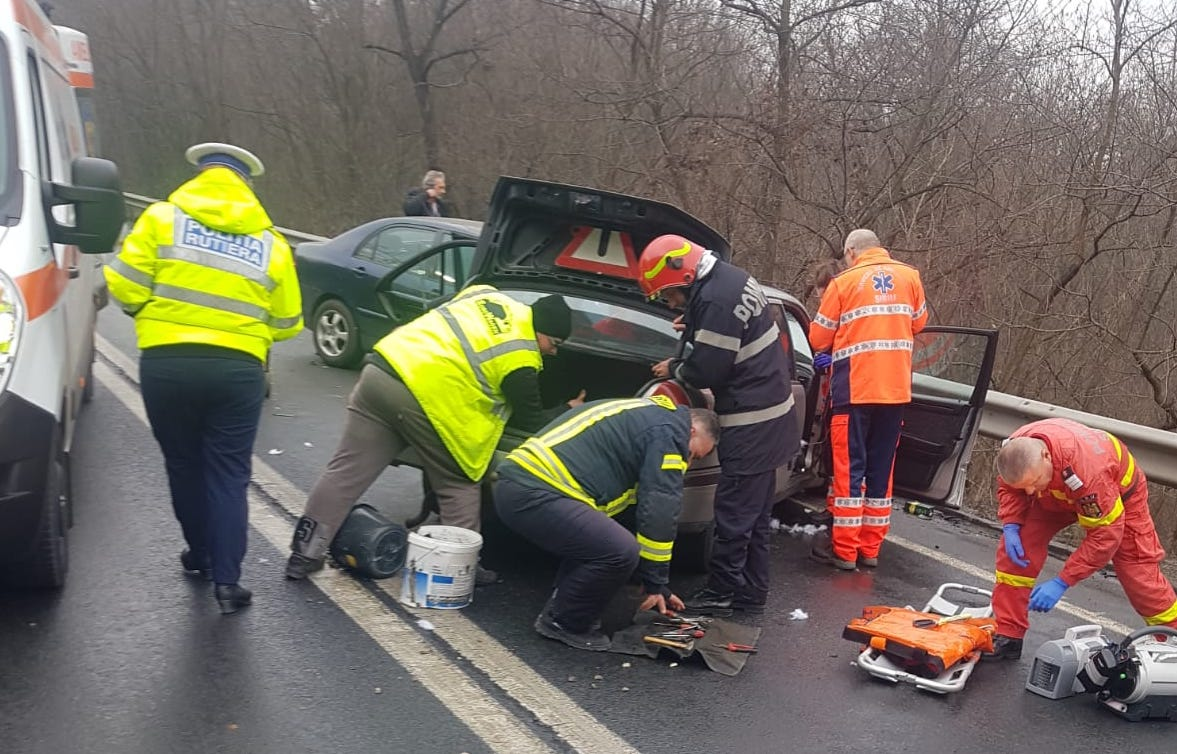 FOTO: Accident între 4 mașini pe Hula Bradului. Patru persoane sunt rănite