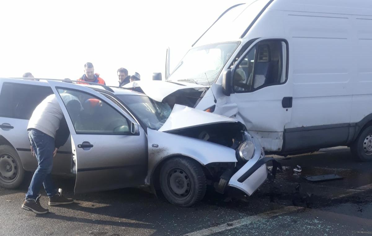 Accident între un autoturism și o dubă de marfă. Două persoane sunt rănite