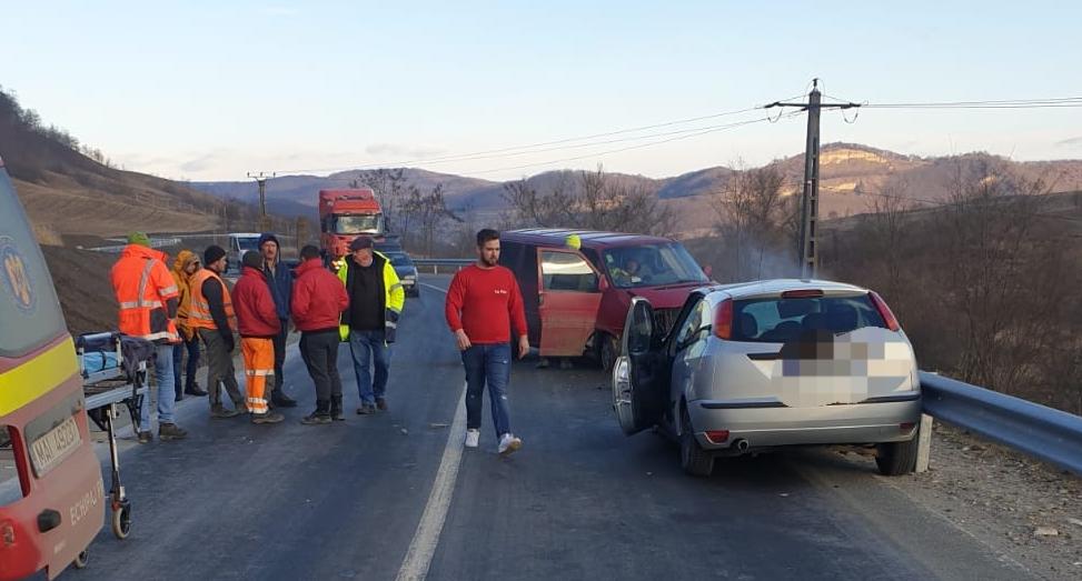 FOTO: Un microbuz a intrat pe contrasens și s-a izbit de o mașina