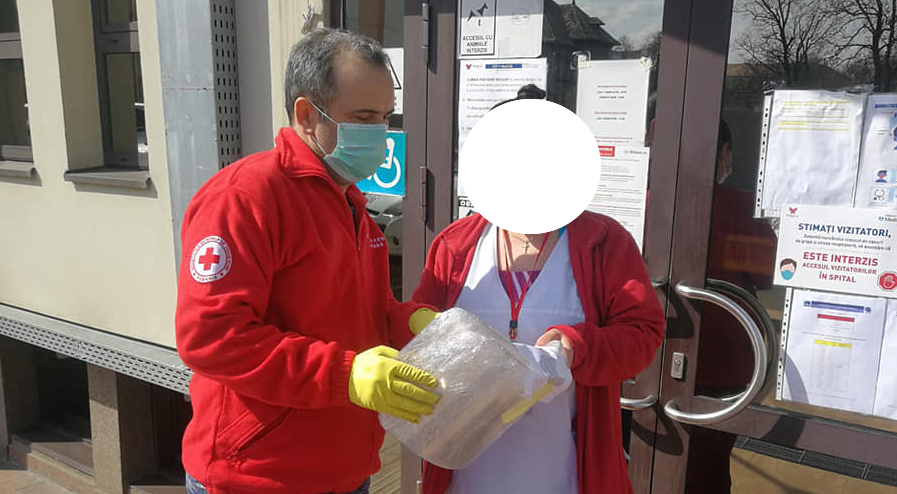 """Viziere """"handmade"""" oferite cadrelor medicale de către Crucea Roșie Filiala Sibiu"""