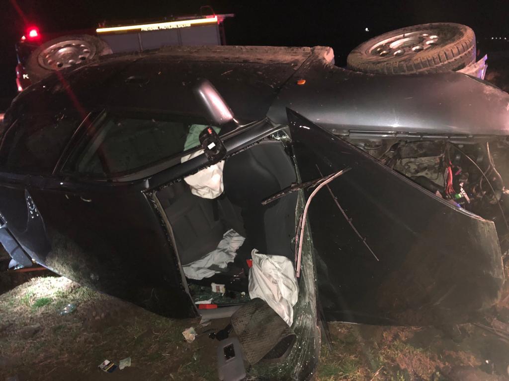 FOTO: Bărbat decedat după ce a derapat cu mașina în câmp