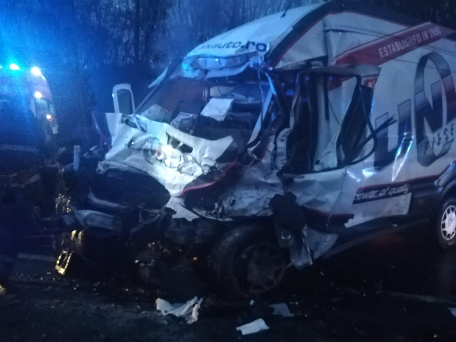 Doi morți în urma unui impact frontal între un microbuz și un autocamion