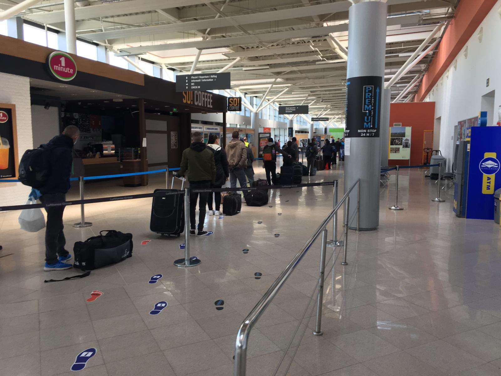 FOTO | 280 de români pleacă astăzi de pe Aeroportul Sibiu în Germania, la munci agricole