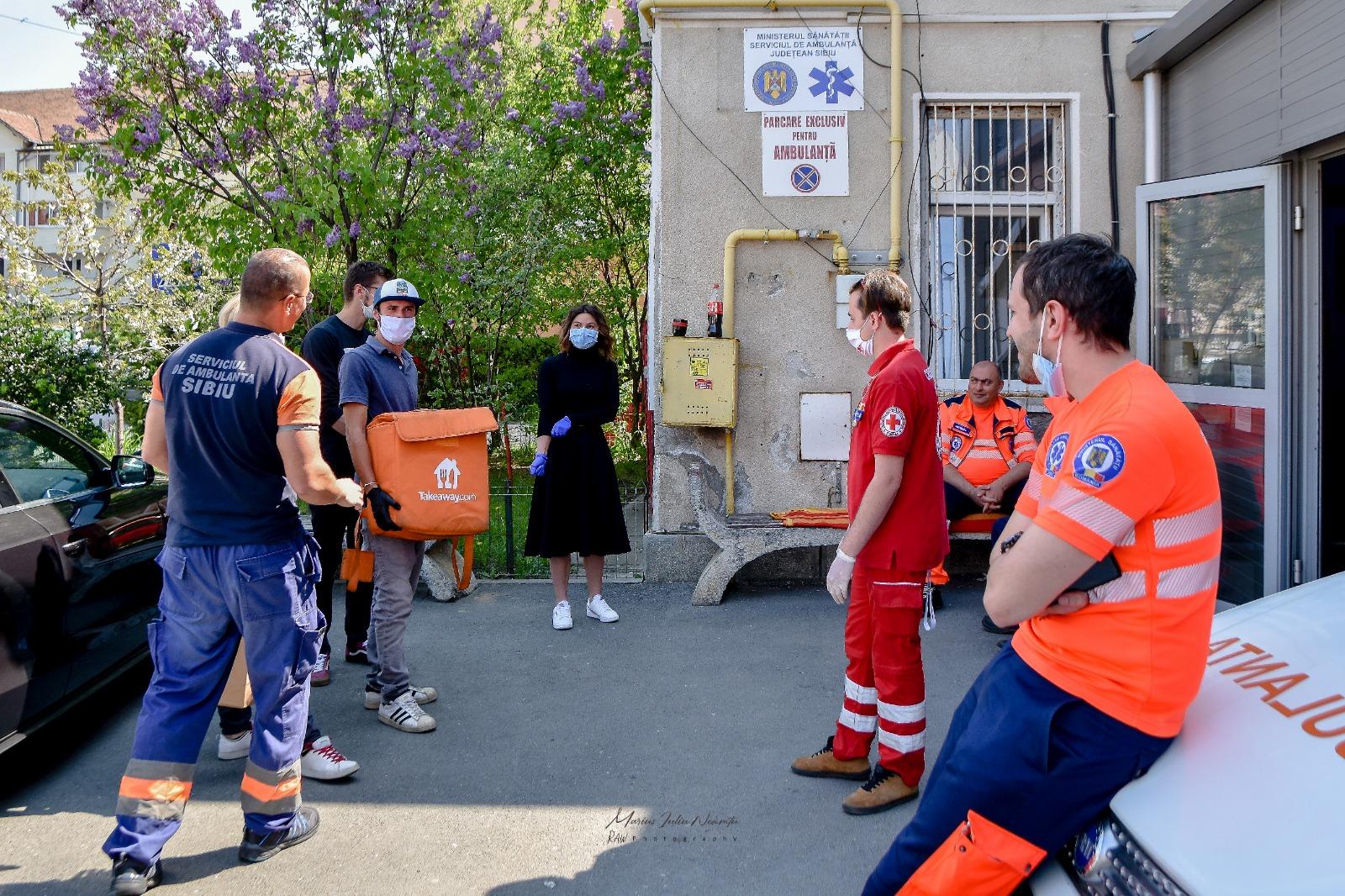 Foto | Doi tineri antreprenori au oferit un prânz gratuit Serviciului de Ambulanță Sibiu