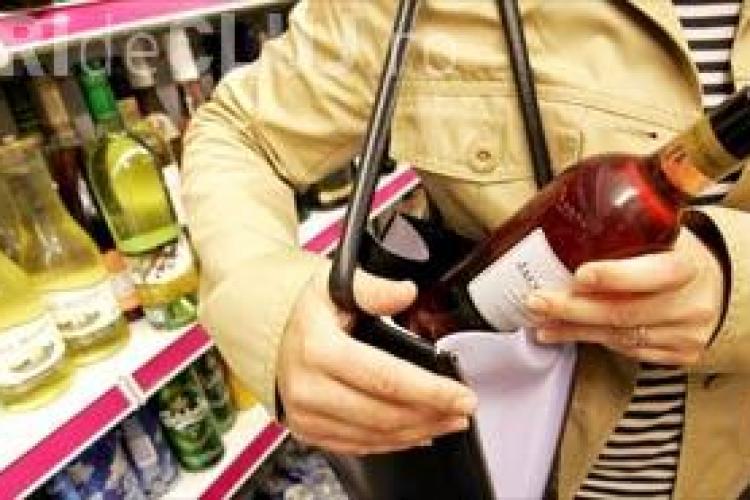 Tineri arestați, după ce au furat produse alimentare și băuturi alcoolice