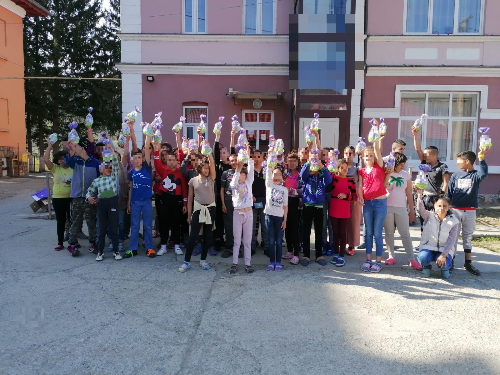 Crucea Roșie Sibiu în rol de Iepuraș a dus bucurie în centre de plasament