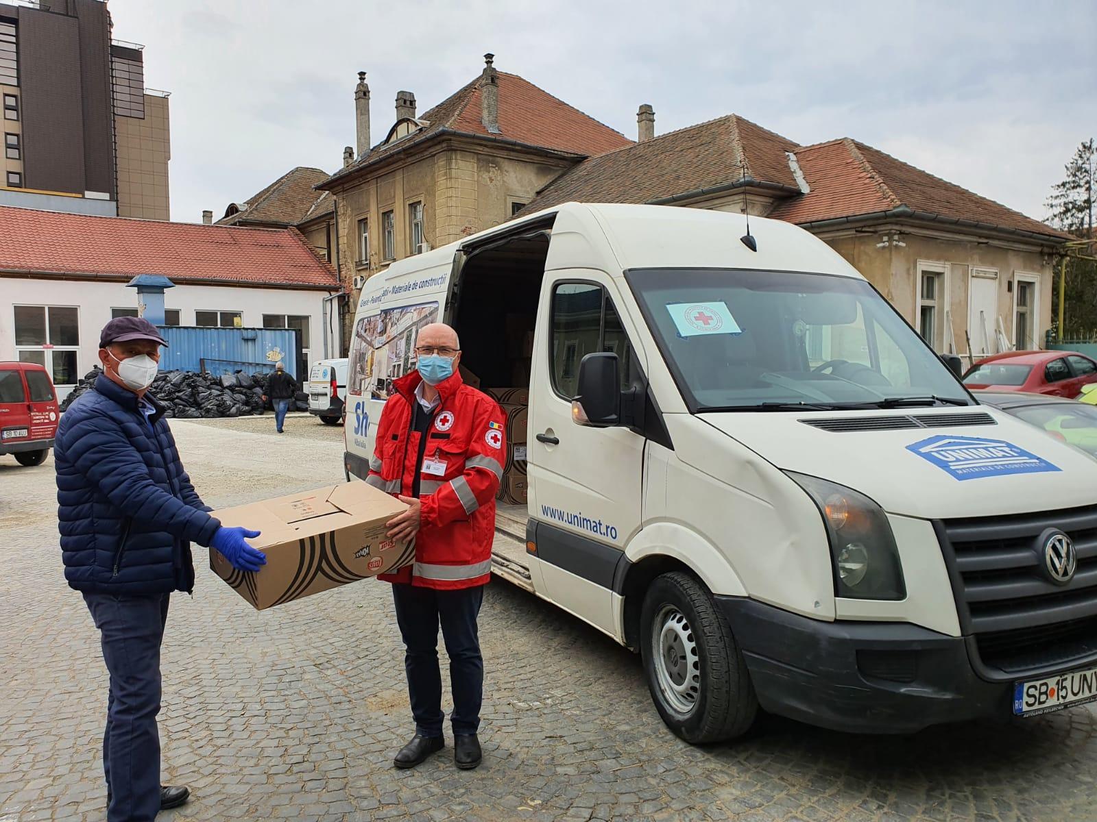 Voluntarii Crucea Roșie Filiala Sibiu au oferit suc și apă medicilor