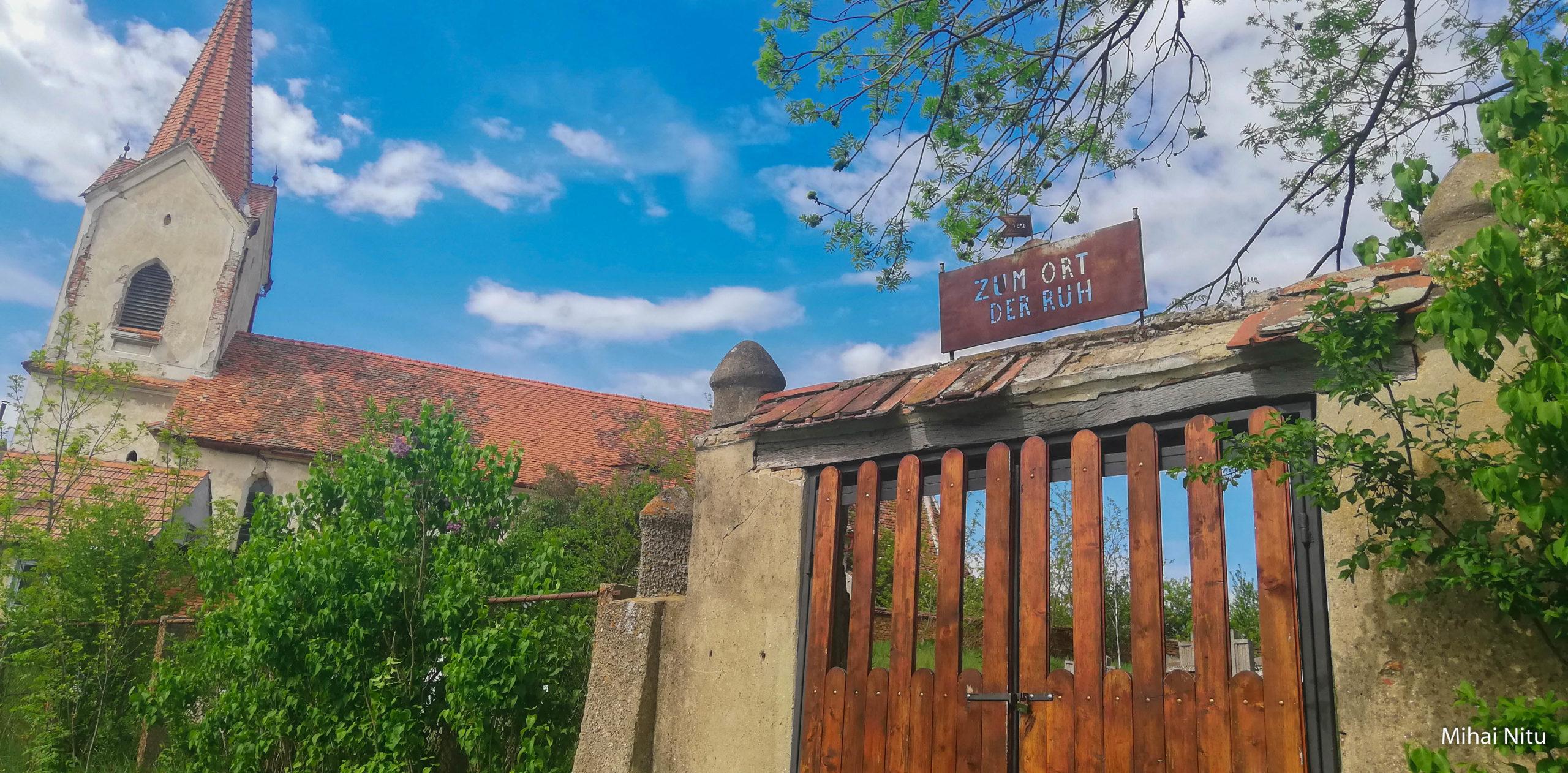 Foto-Video | Veche, părăsită, splendidă, biserica săsească din Hașag, Sibiu