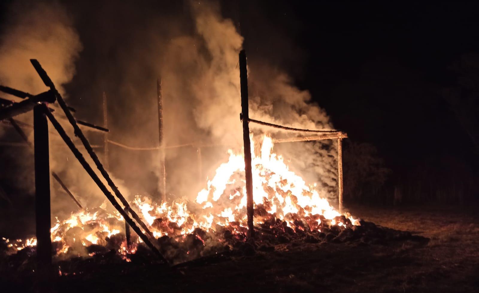 Incendiu în Dupuș- Au ars peste 1500 de baloți de fân și 120 mp din suprafața depozitul