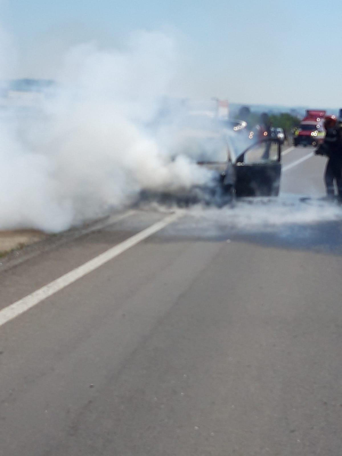 Un autoturism a luat foc în mers la intrare în localitatea Cristian