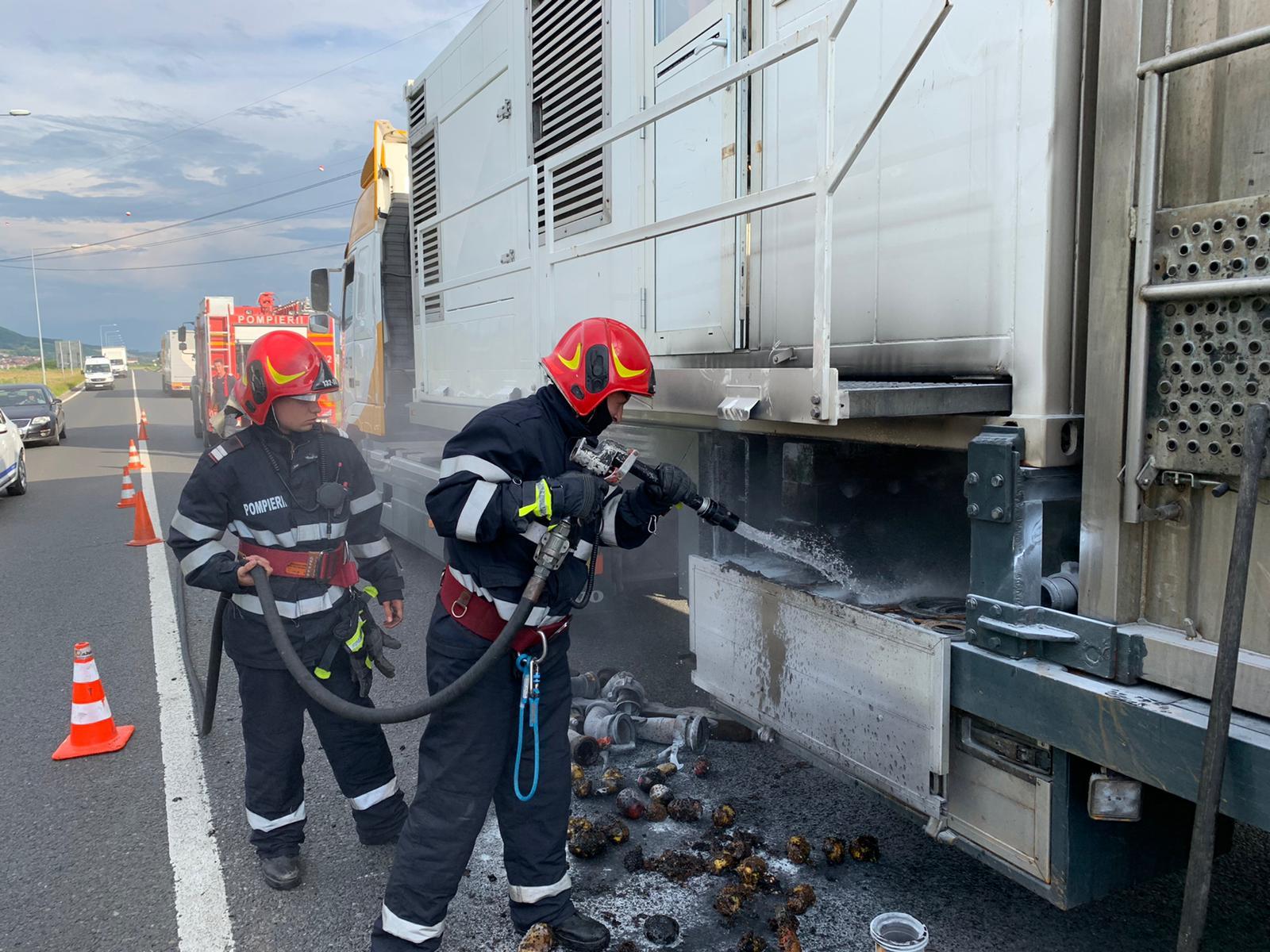 Autocamion de transport utilaj a luat foc în mers pe autostrada Sibiu - Sebeș