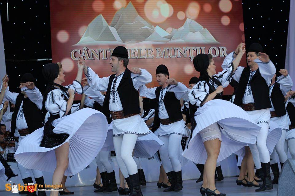 """Festivalul """"Cântecele Munților""""- Folclor în centrul Sibiului și dans în Muzeul Astra"""