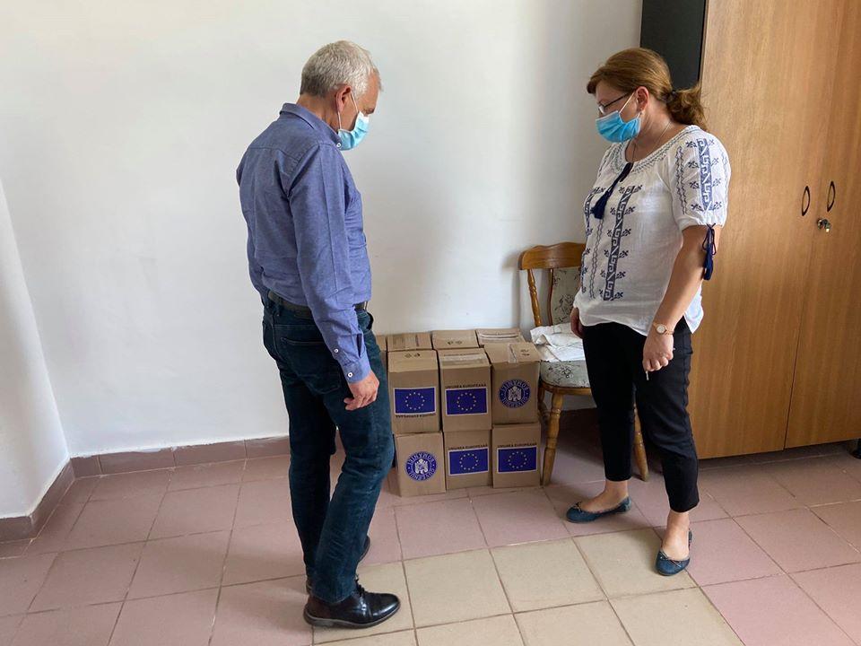 Prefectul Sibiului a verificat modul în care s-au distribuit pachetele de igienă personală către beneficiari