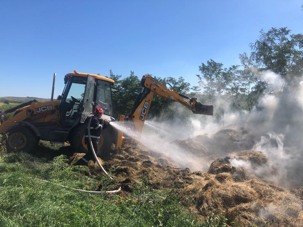 Pompierii militari au intervenit la un incendiu baloți de fân în satul Presaca
