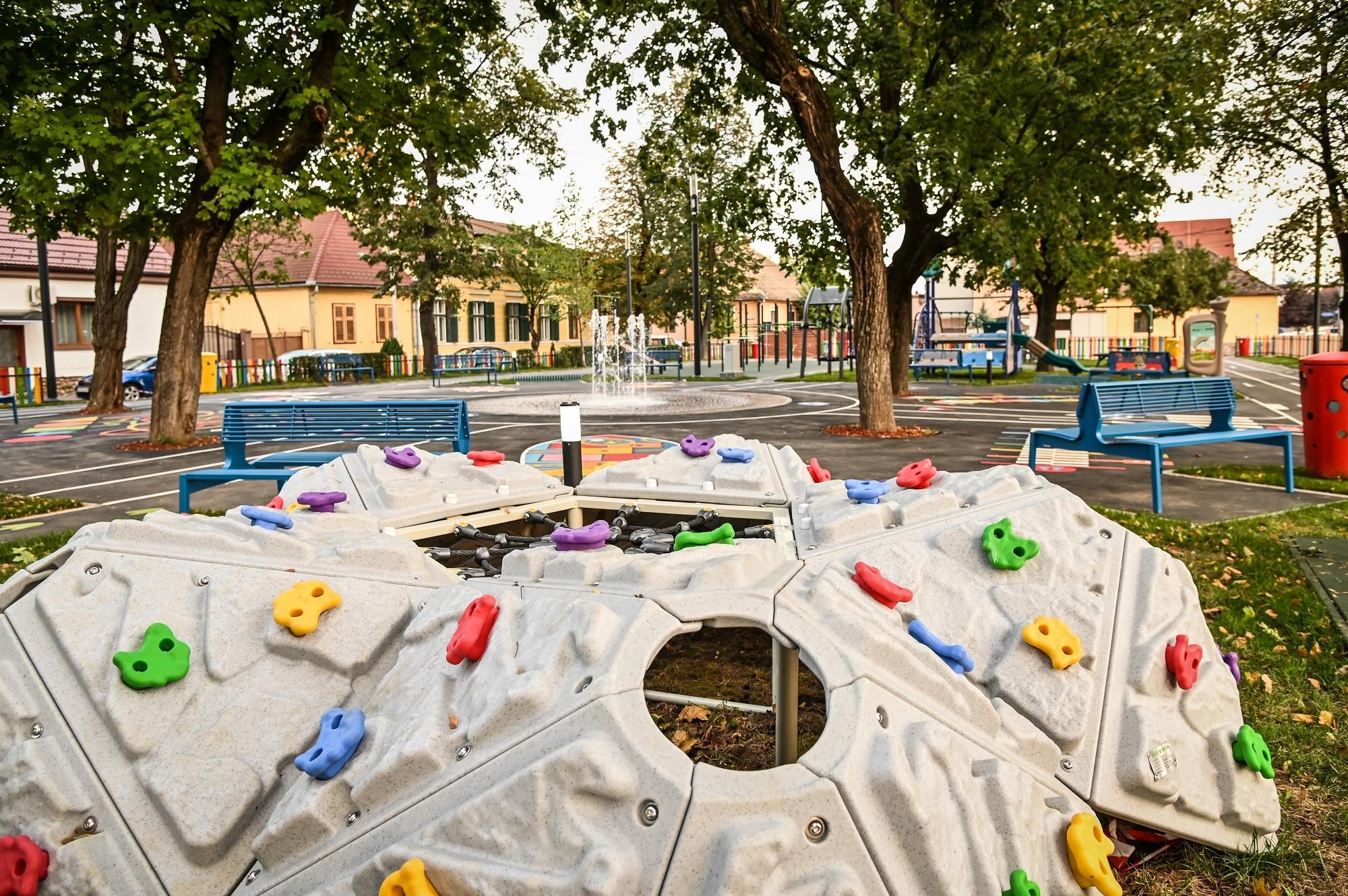 FOTO- Parcul din Piața Cluj, transformat într-un spațiu public funcțional și plăcut
