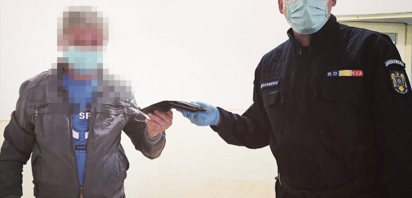 Un portofel cu carduri, acte și bani găsit de un jandarm sibian a fost înapoiat proprietarului