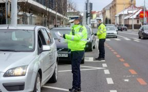 În cazul în care o persoană este oprită de poliție, va trebui să prezinte legitimaţia de serviciu, adeverinţa eliberată de angajator sau o declaraţie pe propria răspundere.