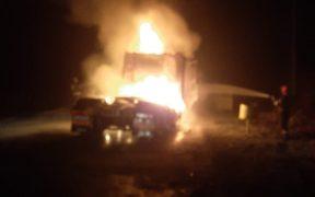 Foto- Un tractor a luat foc în timp ce se deplasa între localitățile Copșa Mică și Blaj