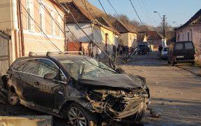 Un autoturism a intrat într-un stâlp în localitatea Ighișu Nou