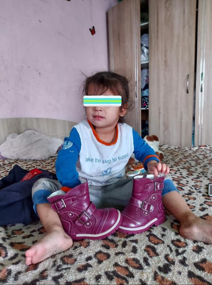 """Voluntarul sibian Răzvan Dinu a încălțat 97 de copii nevoiași în campania """"Încalță un copil de Iarnă"""""""