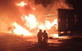 Pompierii militari, solicitați să intervină la stingerea a două incendii