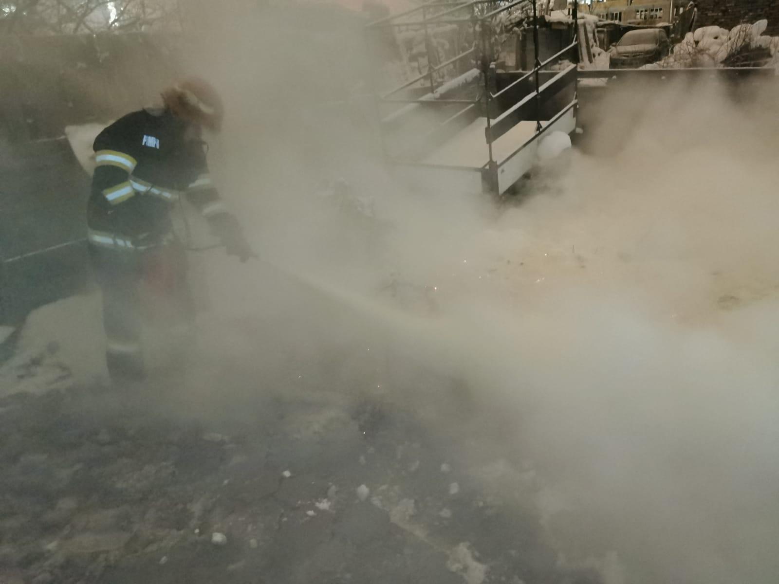 Pompierii militari au intervenit noaptea trecută pentru stingerea a 2 incendii