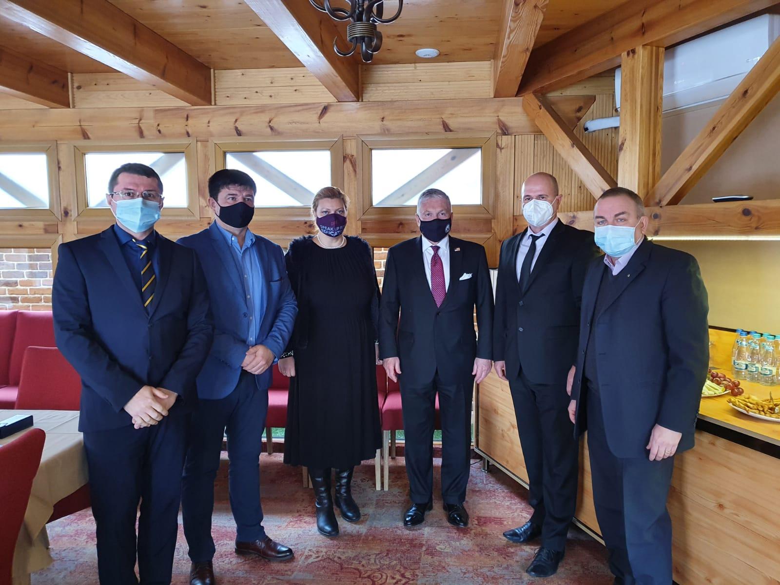 Amabasadorul SUA în România, Adrian Zuckerman, s-a întâlnit cu reprezentanți ai organizațiilor antreprenorilor sibieni