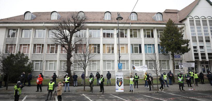 VIDEO- FOTO Aproximativ 50 de politiști și-au cerut drepturile în fața Prefecturii Sibiu
