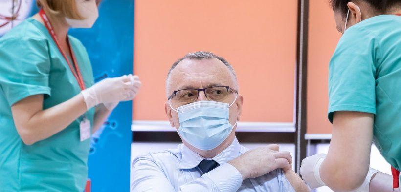"""Ministrul Educației, Sorin Cîmpeanu, s-a prezentat la vaccinare cu o cămașă specială, cu """"fereastră"""""""