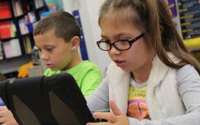 Peste 400 elevi din Șelimbăr vor primi tablete
