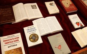 """Dragobetele și Mărțișorul, mesageri ai primăverii, sosesc la Biblioteca Județeană ASTRA Sibiu, în expoziția """"Vitrina cu dragoste"""""""