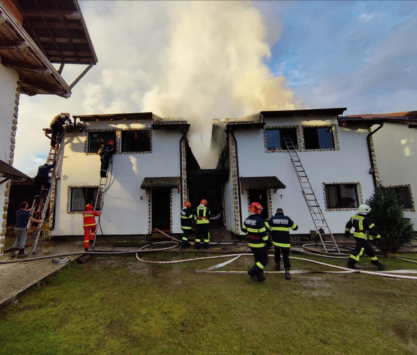 Pompierii sibieni, chemați la stingerea unui incendiu produs la două case de vacanță din cadrul unui complex turistic de pe Valea Avrigului