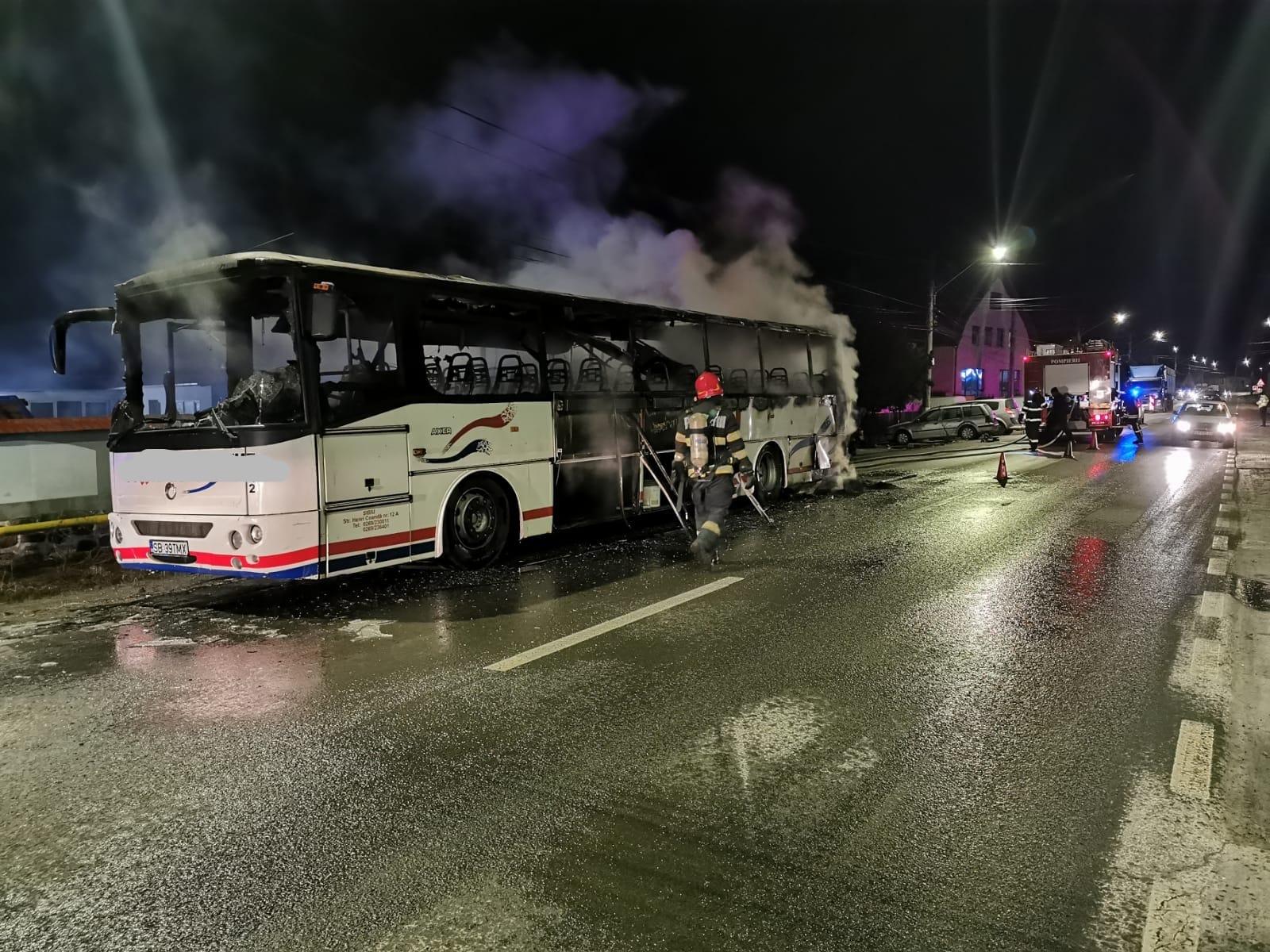 Autocar făcut scrum la întrarea în localitatea Șura Mare