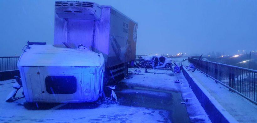 Grav accident rutier în Avrig, o mașină a fost strivită de un autocamion