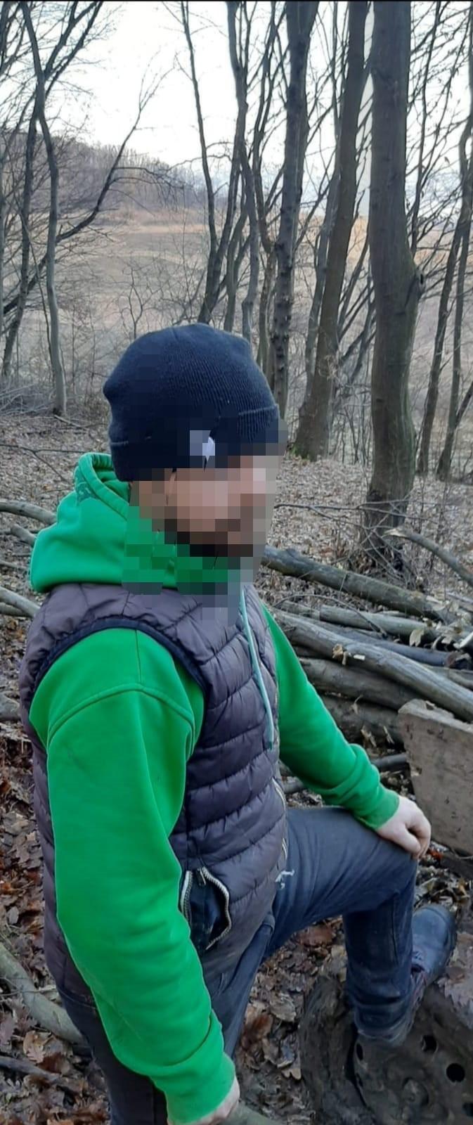 Un bărbat care nu a respectat măsura carantinării la domiciliu a fost depistat de jandarmi în timp ce tăia lemne în pădure