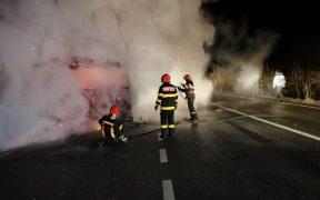 Un autocamion a luat foc în timp ce se deplasa între Slimnic și Ruși