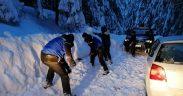 Jandarmii montani au salvat un turist rămas blocat cu mașina în zapadă