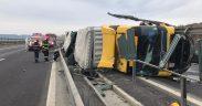 Autocamion încărcat cu cauciuri s-a răsturnat pe A1, în zona Apoldu de Jos