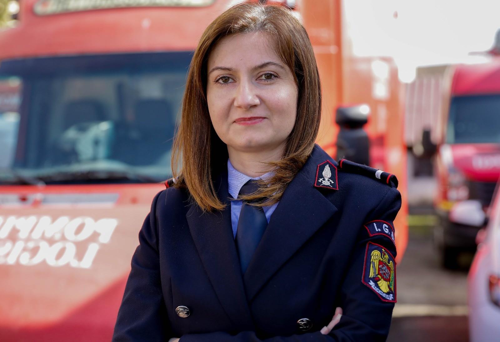 """Diana Lazăr, fost purtător de cuvânt este acum împuternicit șef al Serviciului de Resurse Umane în cadrul ISU Sibiu, iar din """"familia de pompieri"""" face parte din anul 2007. La întrebarea """"De ce ISU Sibiu?"""" Răspunsul Dianei Lazăr a fost """"Deoarece descoperi provocări la tot pasul și îți descoperi limitele. Pe mine mă ajută să descoper și să construiesc o variantă mai bună a mea."""""""
