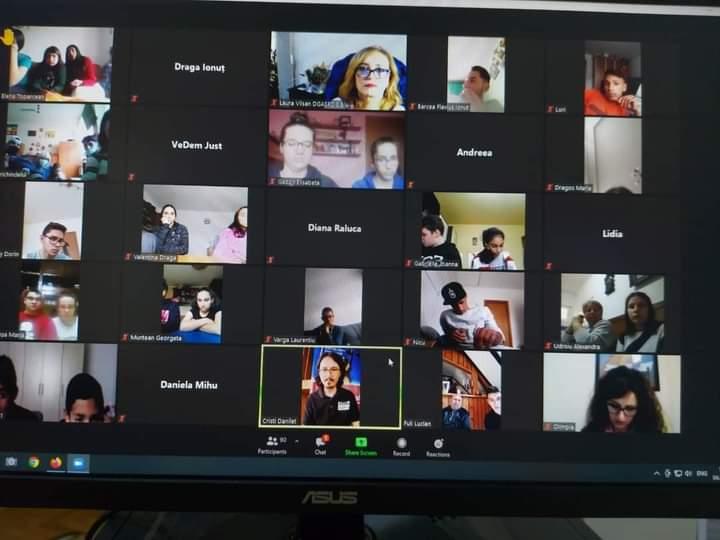 Primul curs online de educaţie juridică pentru sute de copii sibieni din centrele de plasament