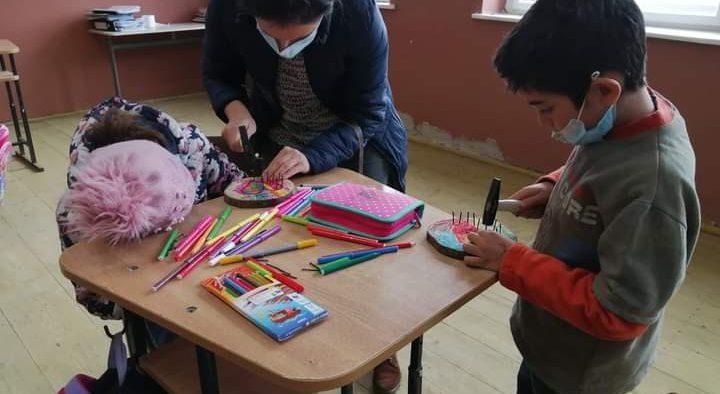 Copiii din satul Alma Vii au realizat cu mânuțele lor cadouri de 8 Martie pentru mămici