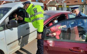 Polițiștii rutieri din Agnita au înlocuit procesele verbale cu flori