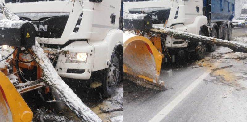 Ninsorile abundente și viscolul au blocat parțial drumul județean Mediaș- Bârghiș
