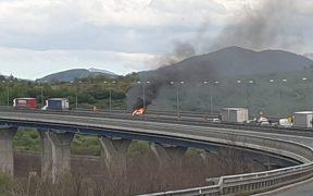 Maşină mistuită de flăcări pe A1