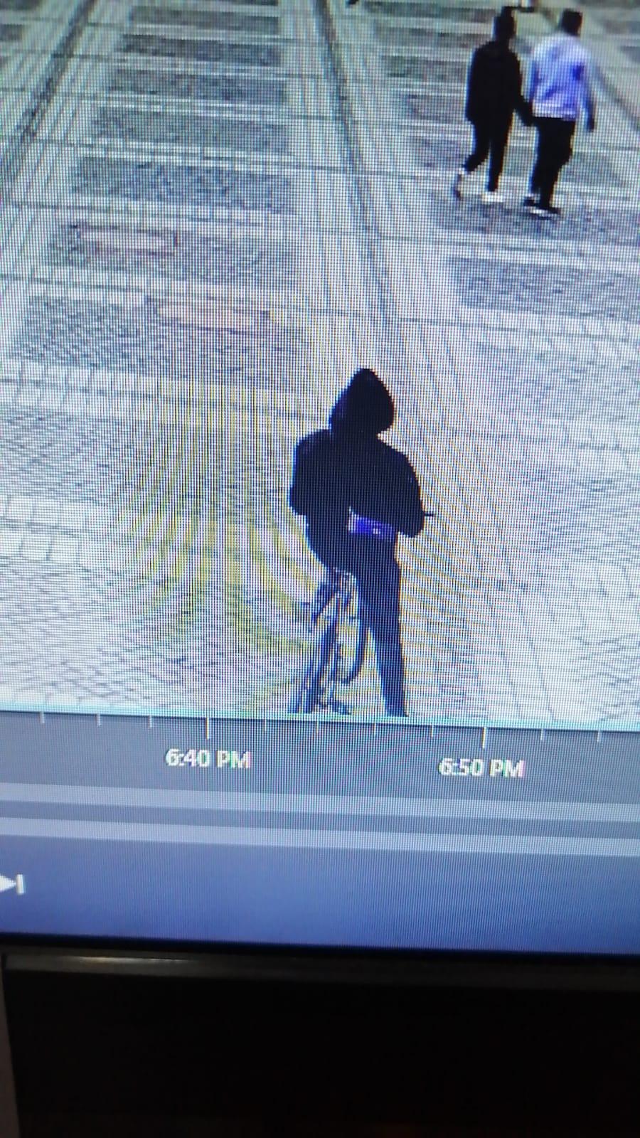 Polițiștii caută un biciclist neatent care a acroșat o copilă de 2 ani