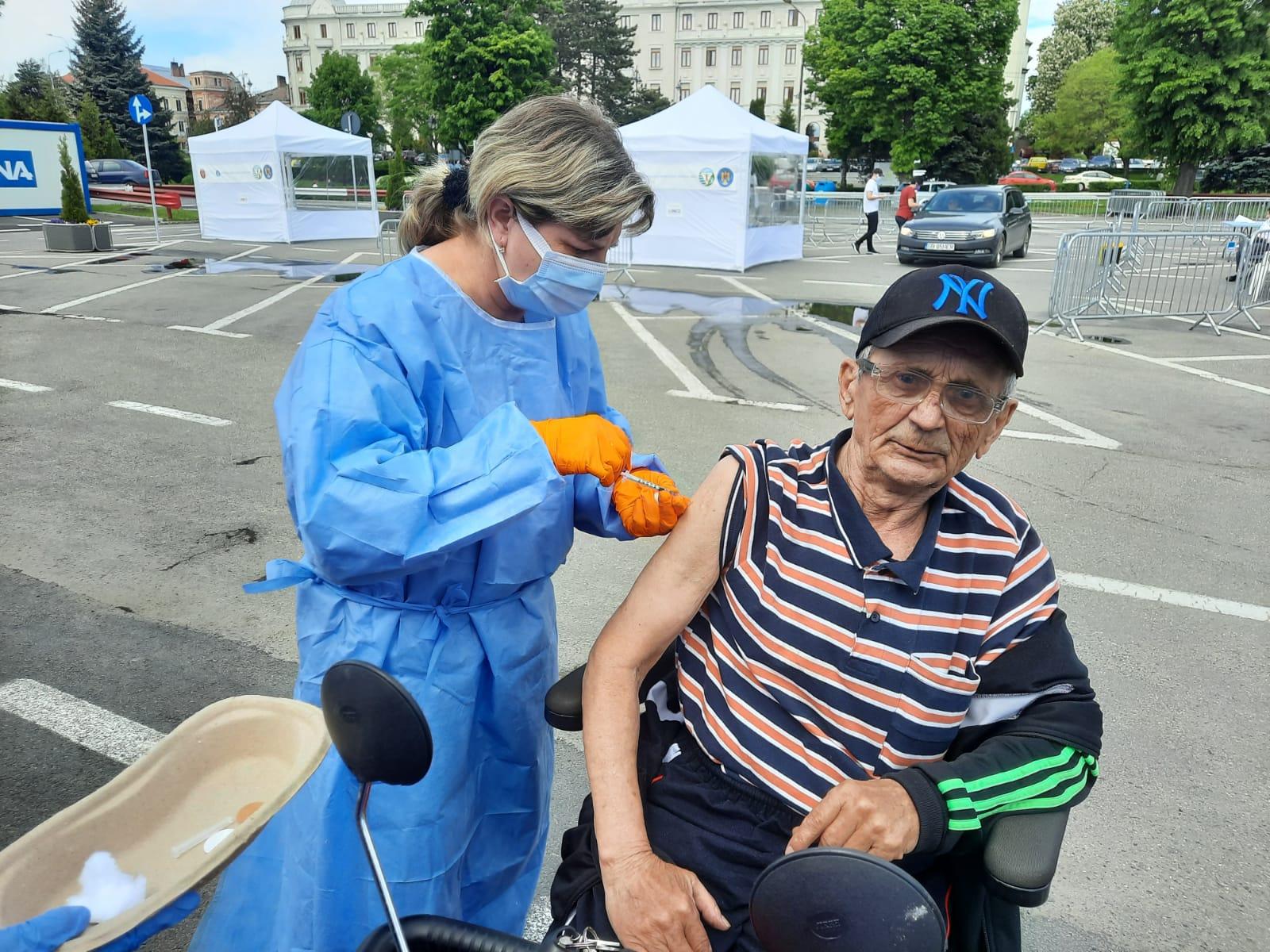 """Aproximativ 600 de sibieni """"au luat cu asalt"""" centrul de vaccinare drive-through din parcarea Cazarma 90"""