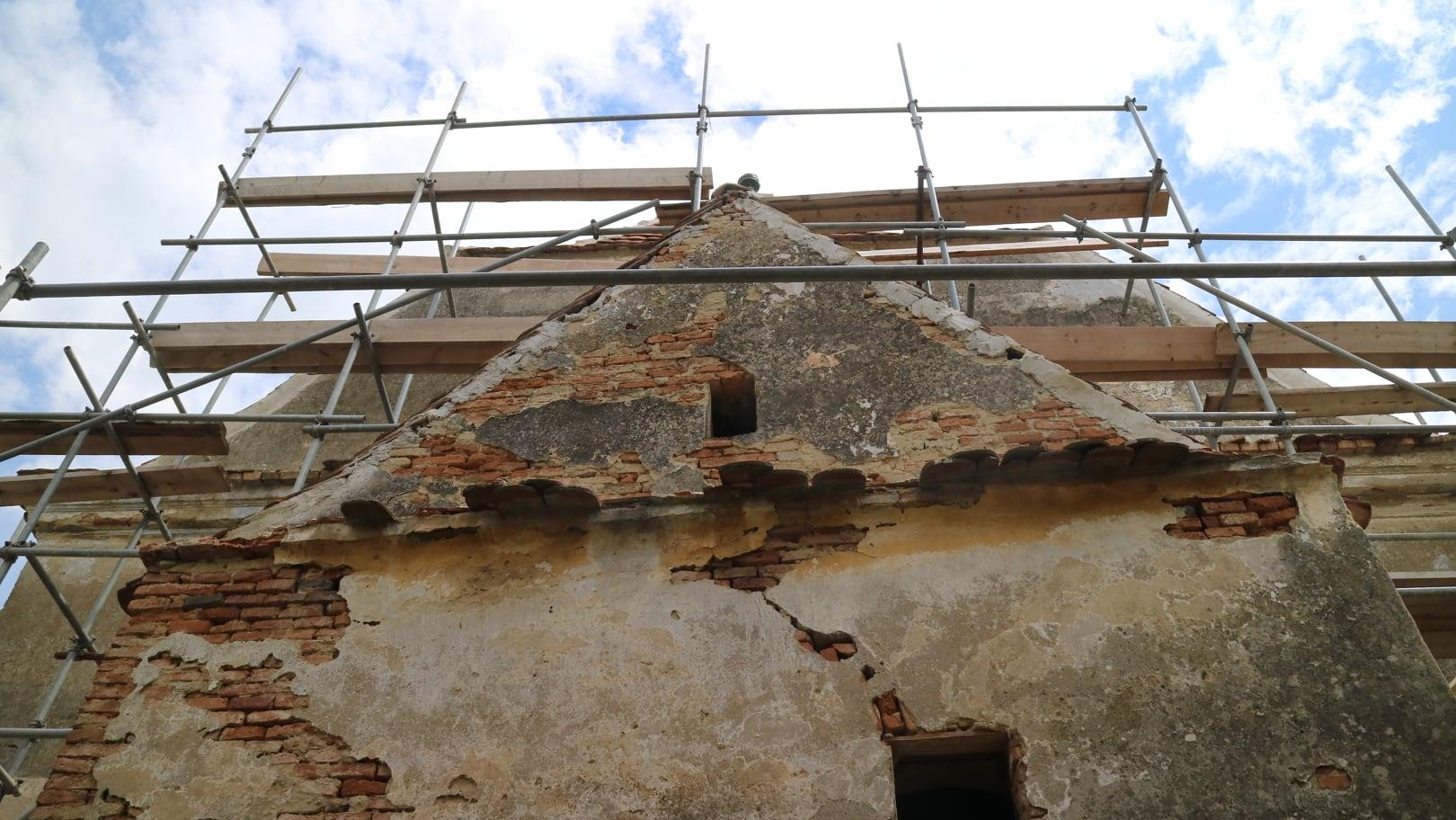 Se lucrează la foc continuu pentru restaurarea bisericii fortificate din Alma Vii