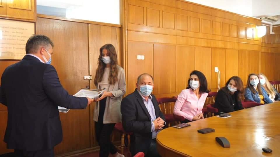 8 elevi medieșeni, premiați de primarul Gheorghe Roman